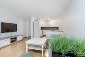 Lyse oppholdsrom med åpen løsning stue og kjøkken