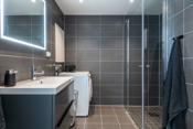 Bad med stort dusjhjørne, down lights og innredning