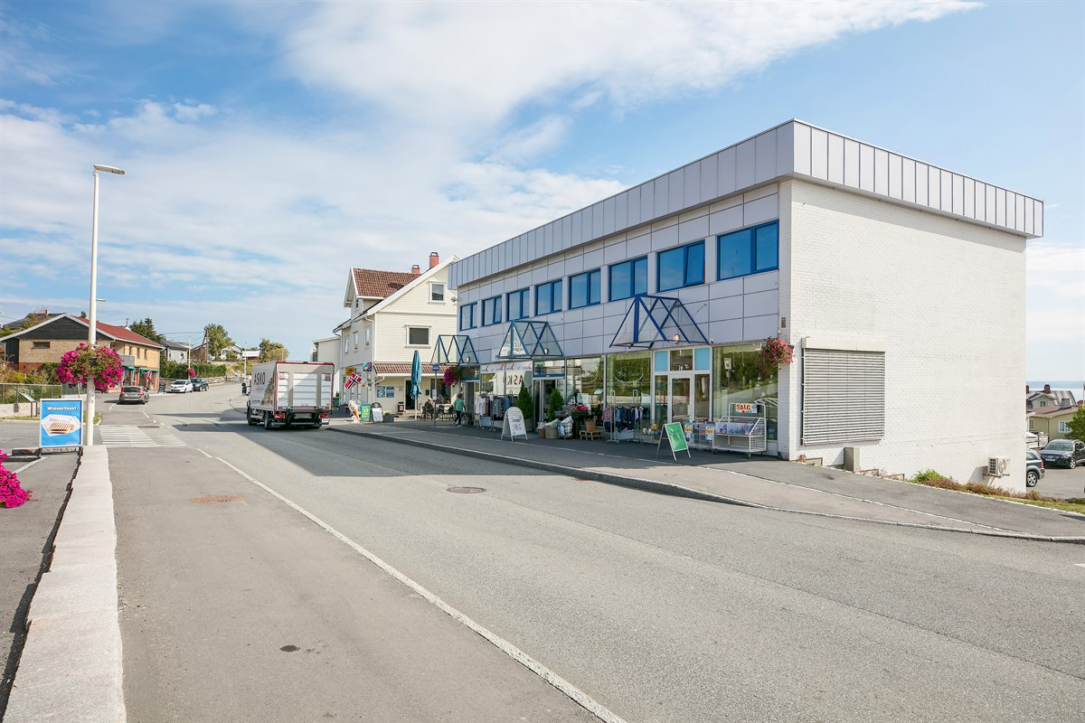 Fasade mot Østre Strandvei, lokaler i 2 etasje