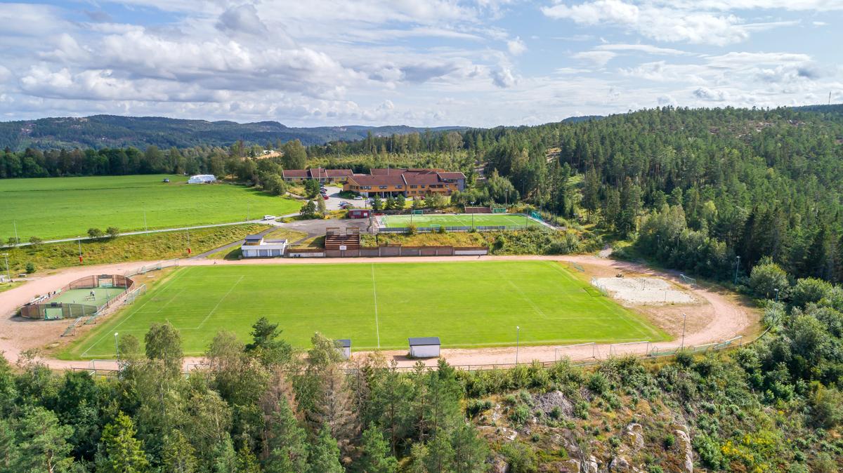 Eiendommene ligger rett ved Idrettsplassen på Hovenga. Fotball, ballbinge, kunstgressbane og lysløype.
