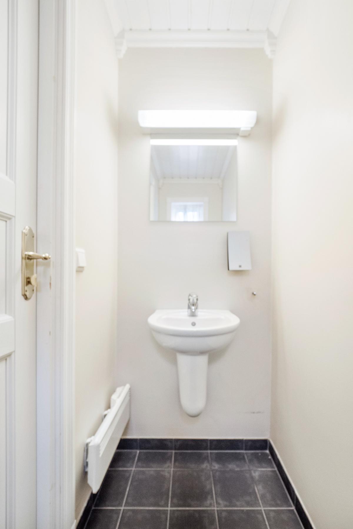 Toalett i 1 etasje med servant og wc