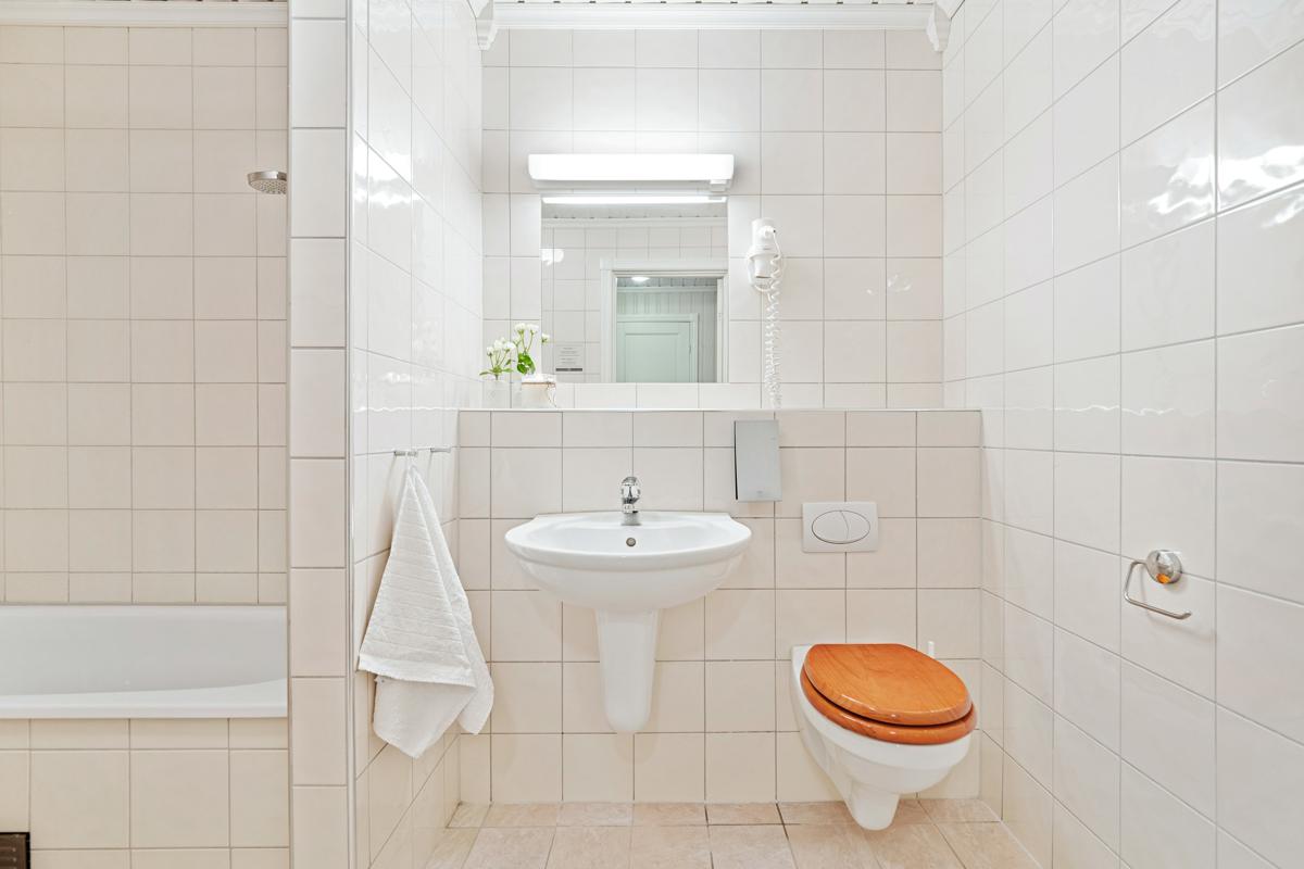 Bad i underetasjen med badekar, servant og wc