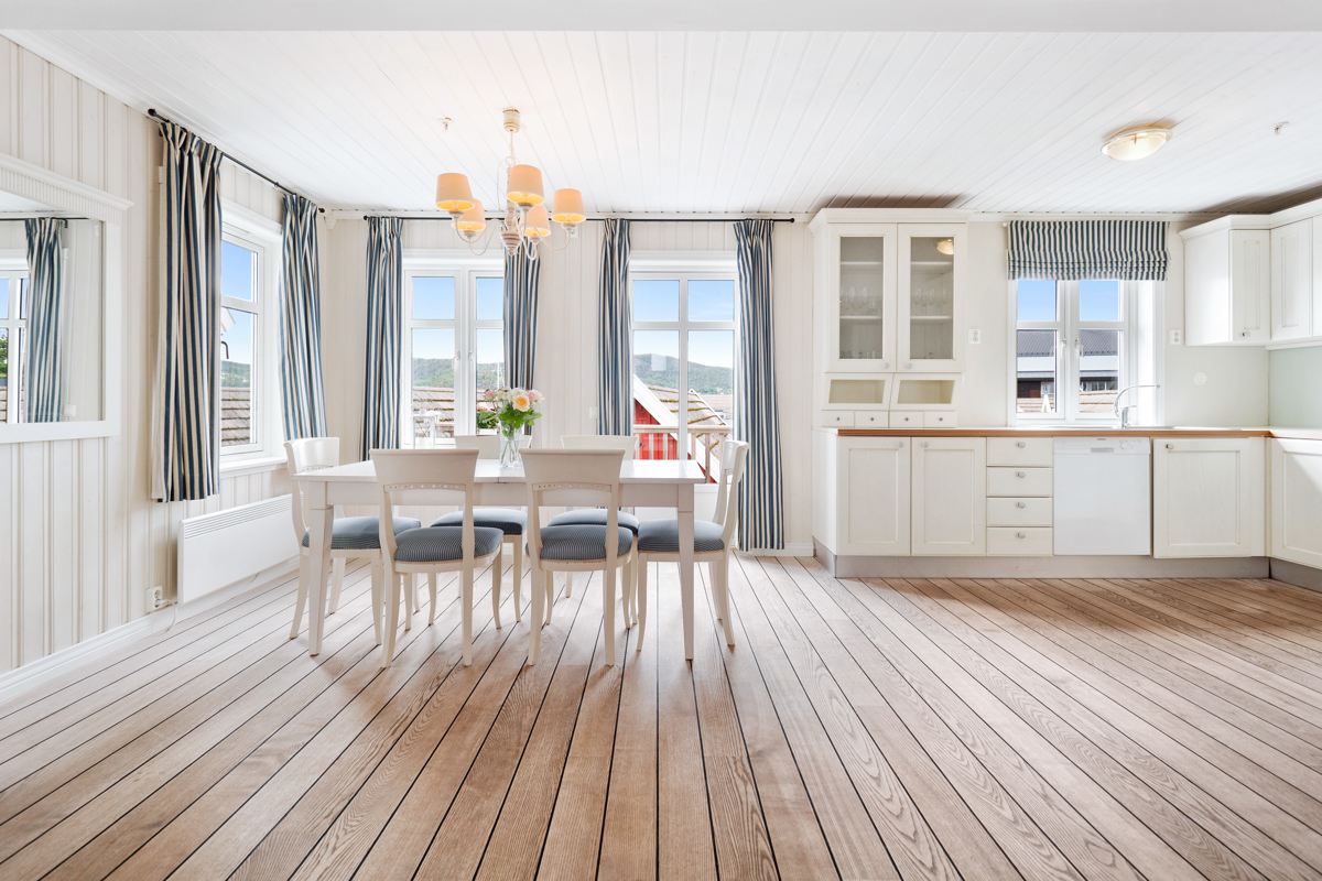 Kjøkken i åpen løsning mot stue - Plass til stort spisebord, perfekt for hyggelige middager med familie og venner