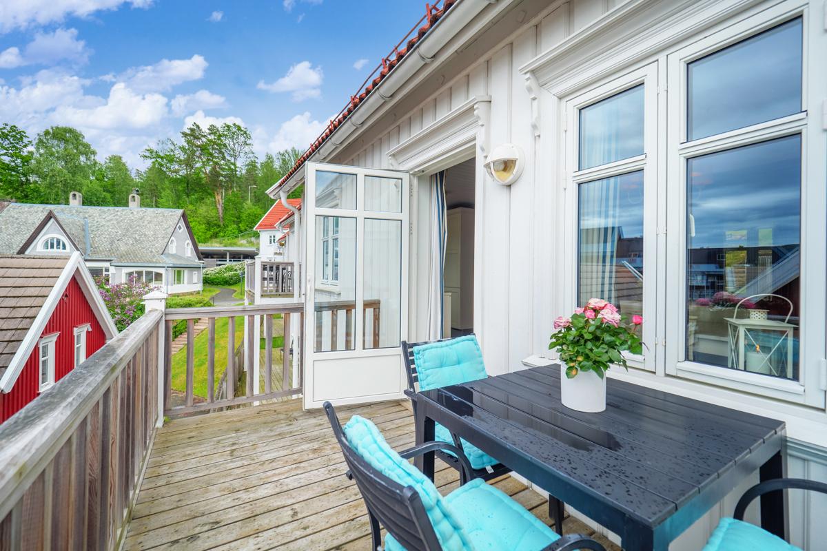 Terrasse utenfor stuen med gode solforhold