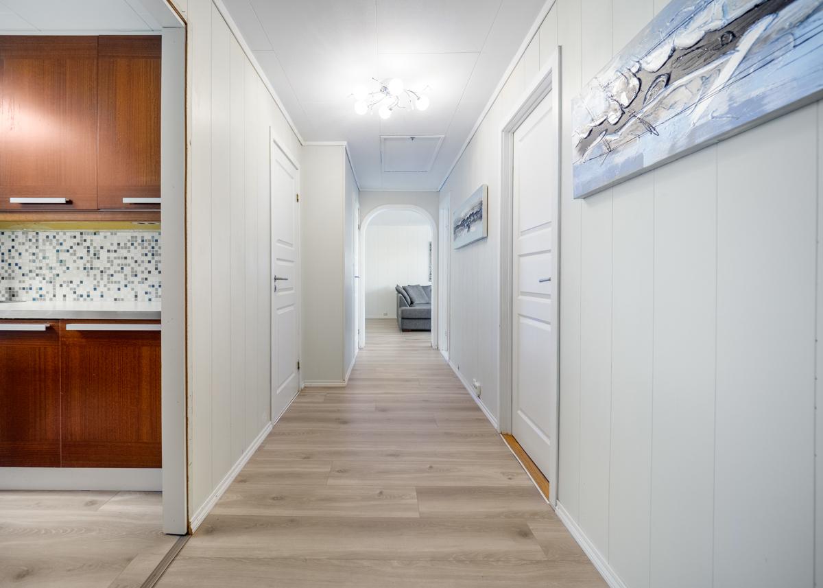 Soveromsgang med inngang til stue og kjøkken