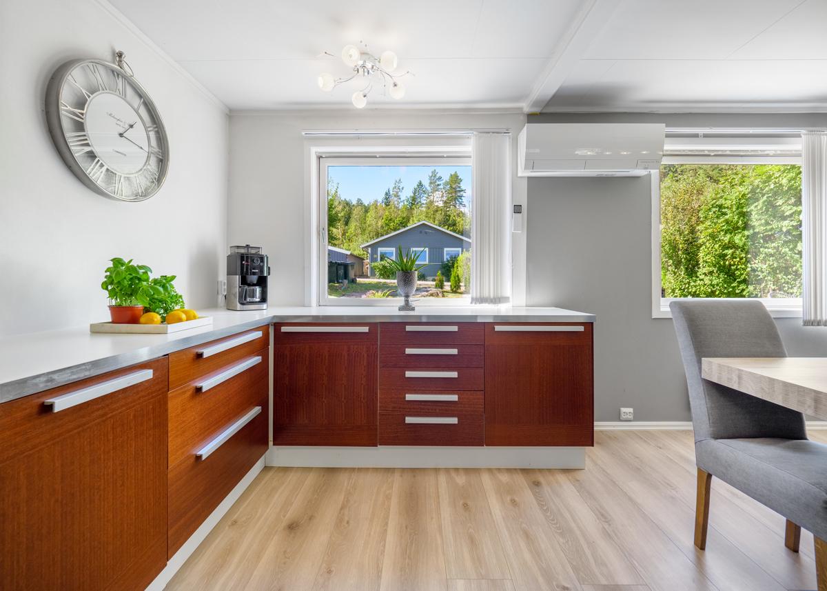 Kjøkken med mye benk- og oppbevaringsplass
