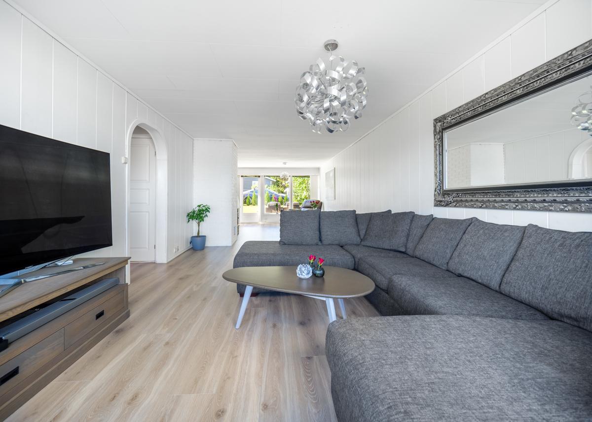 Gjennomgående stue med store vindusflater og gode lysforhold