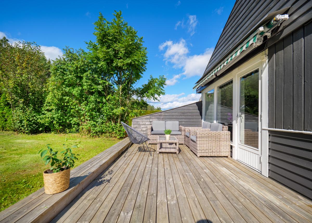 Terrasse med plass for sittegruppe og solsenger - Perfekt for late dager i solen