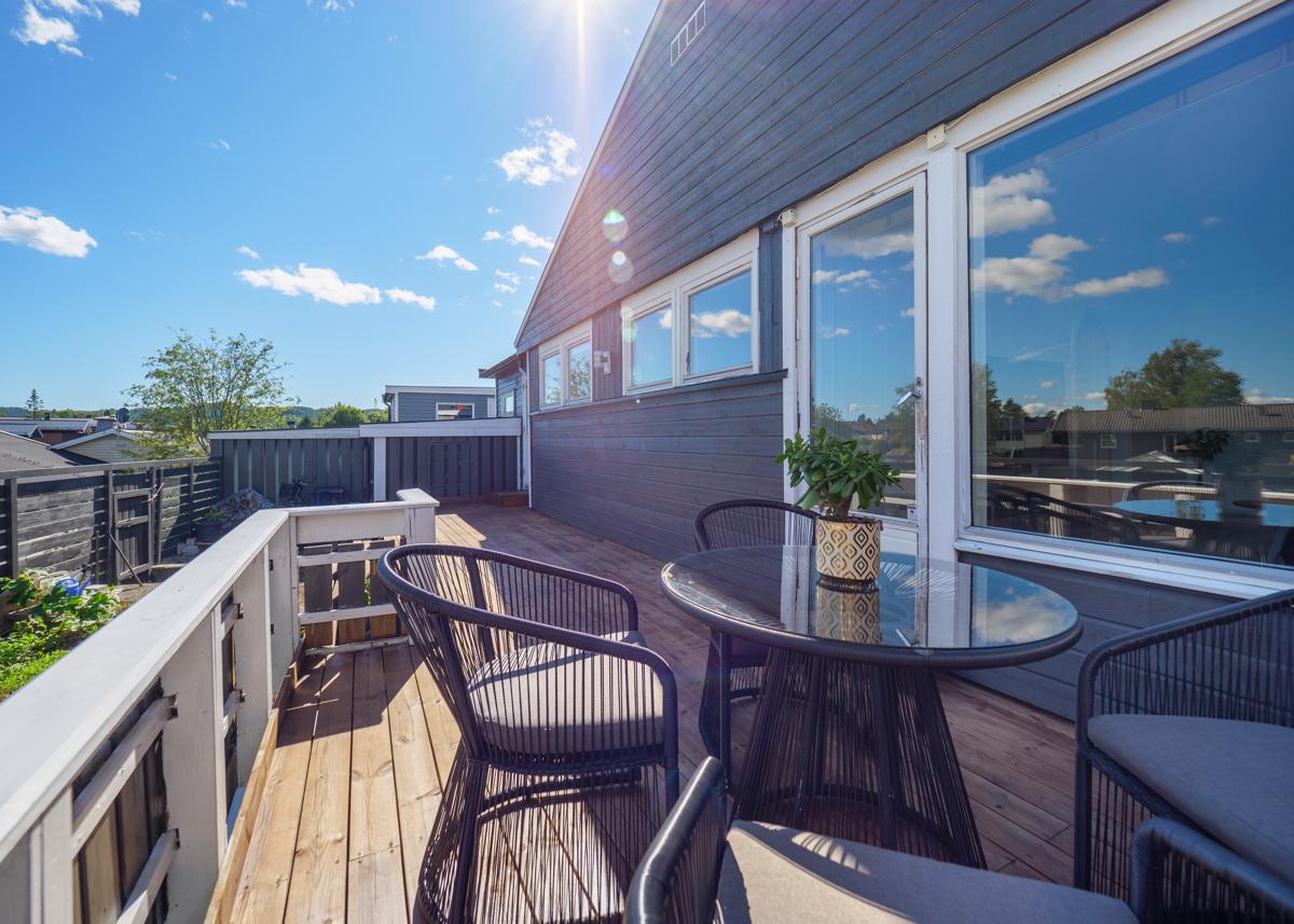 Hyggelig terrasse på baksiden av huset