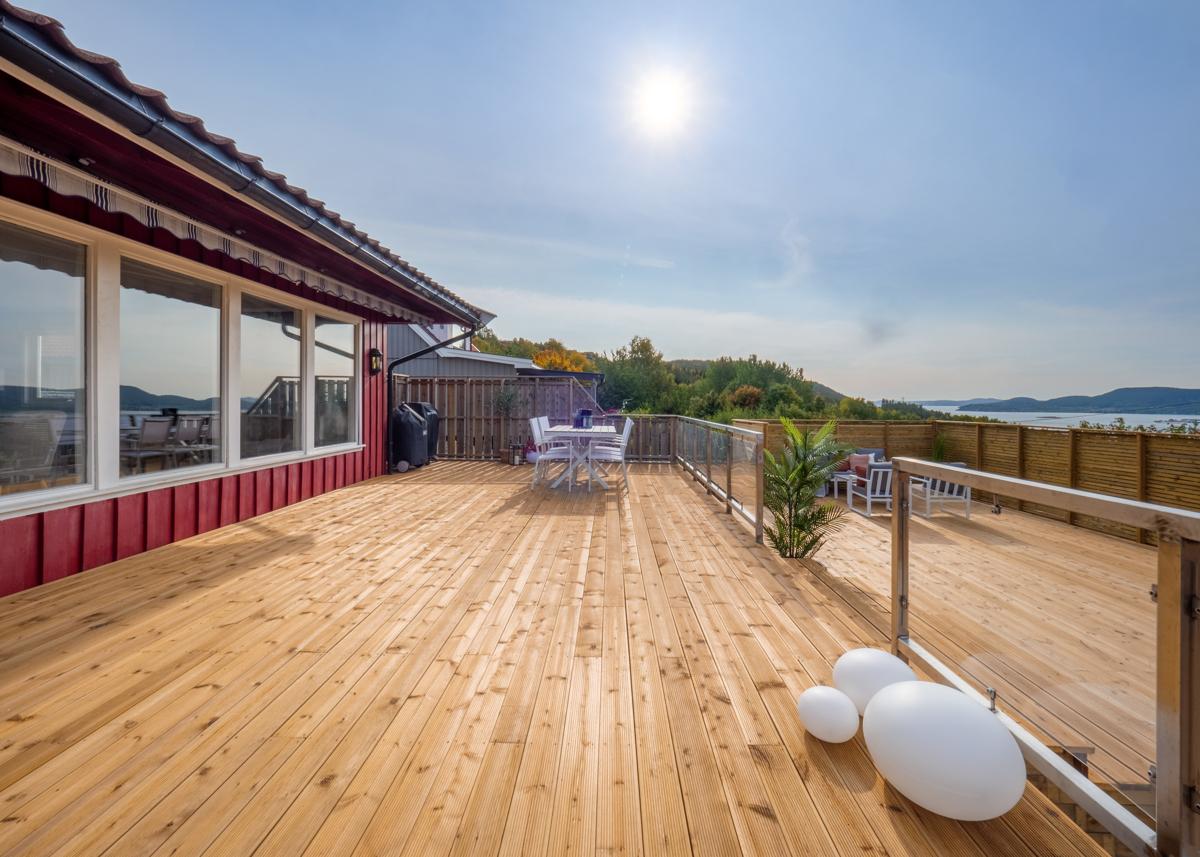 Stor solrik terrasse med fjordutsikt