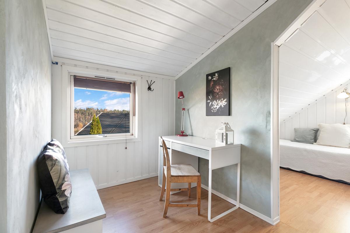 Det ene soverommet har plass til en kontorplass