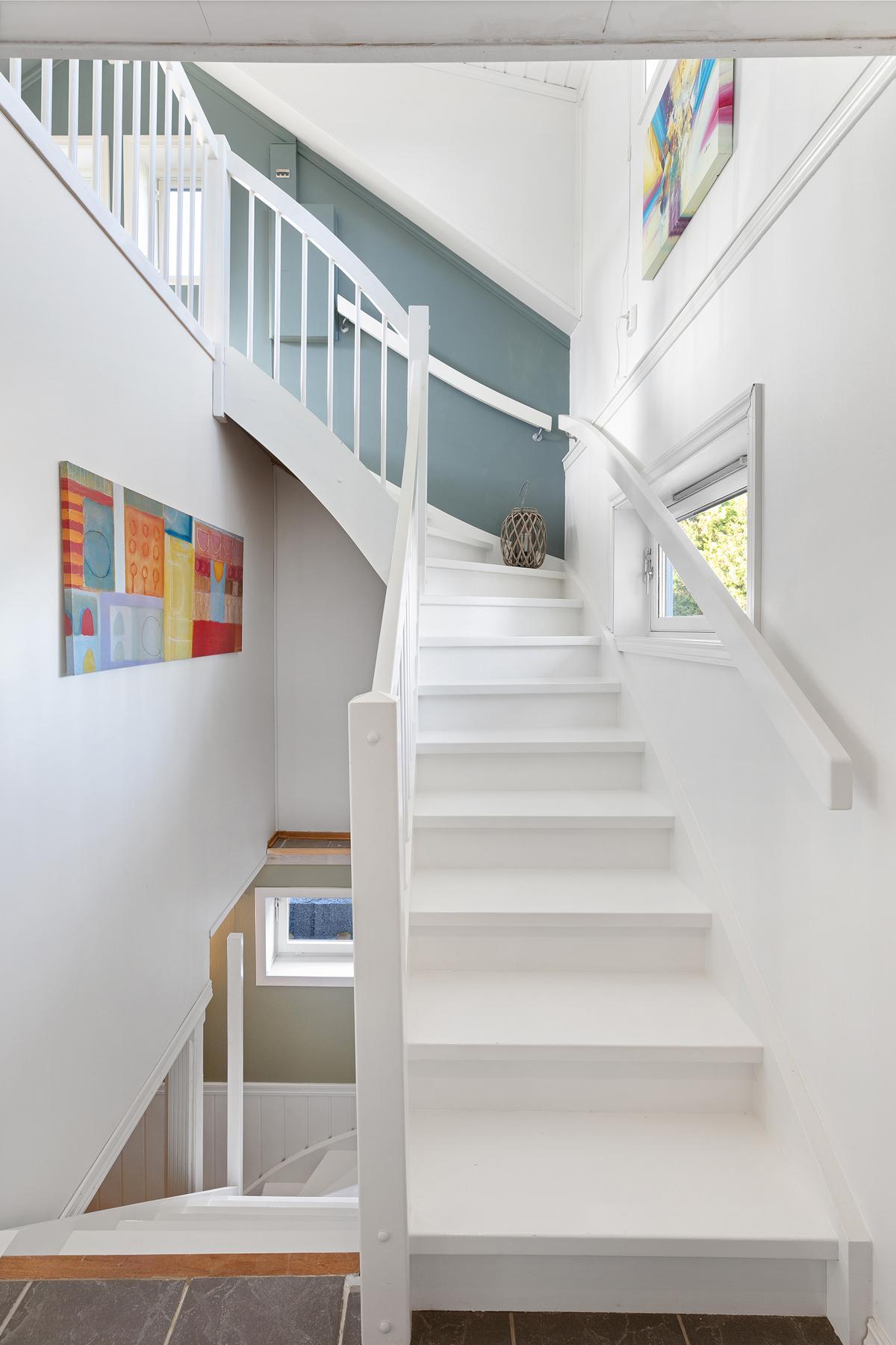 Nyere trapp opp til 2.etg