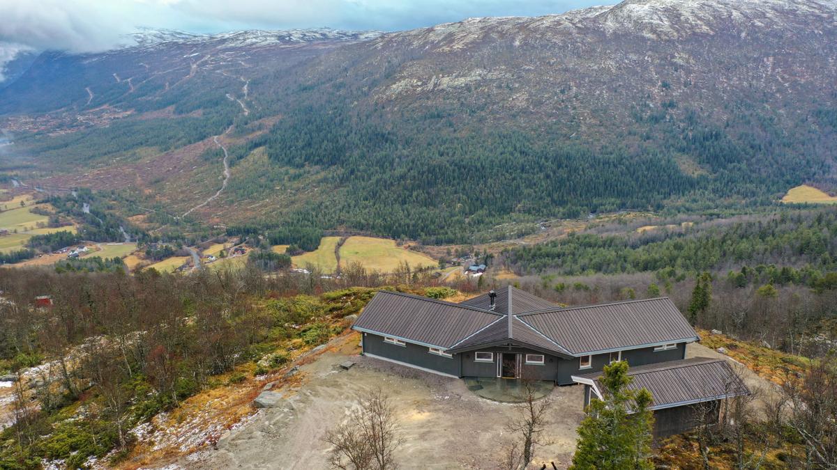 Dronefoto fra baksiden av hytta