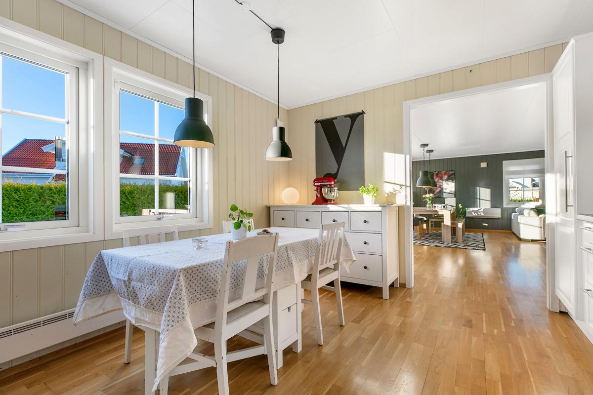 Kjøkken med stue i bakgrunn