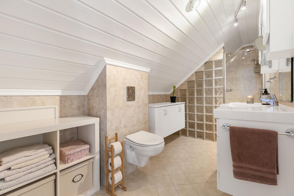 Bad/wc i 2 etg, vegghengt wc, smart løsning med egen dusjsone og fin innredning