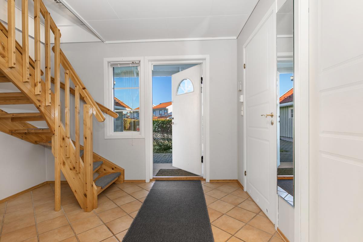 Flislagt hall med varme i gulv  og lyse farger.