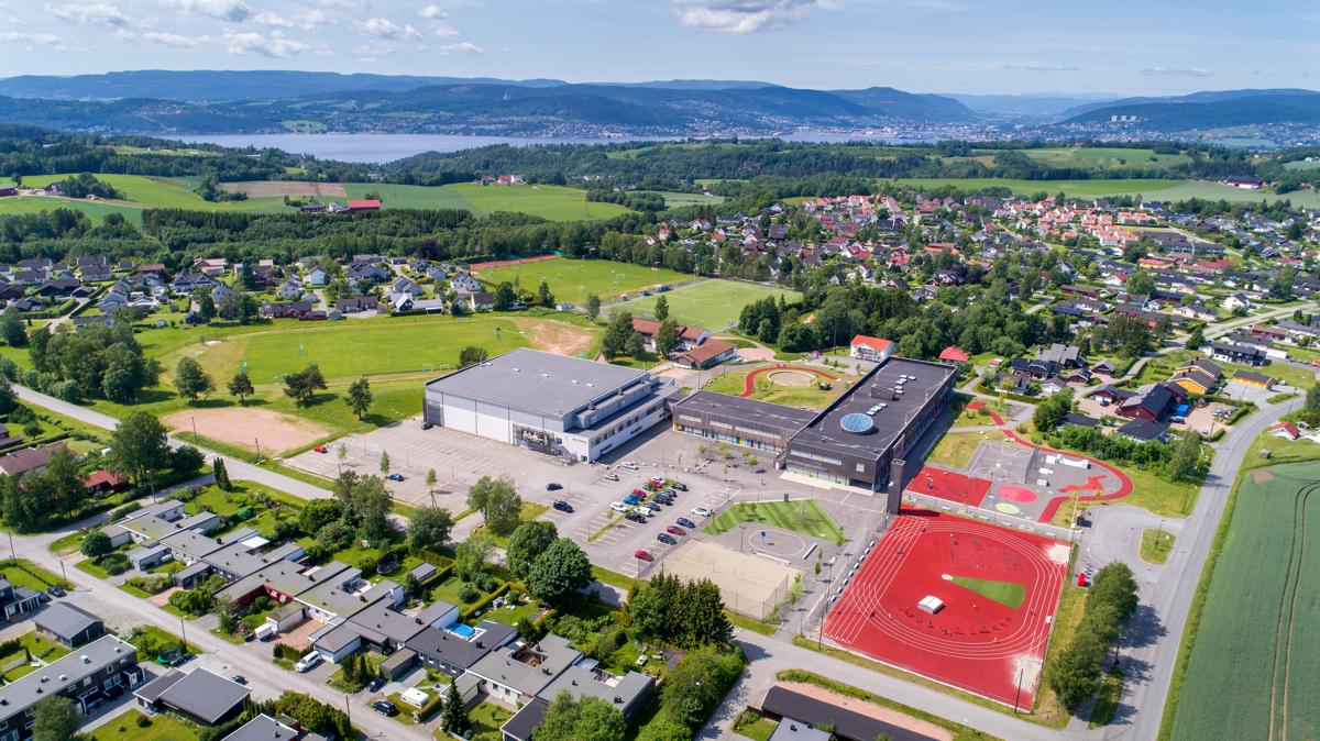 Spikkestad ungdomsskole og ROS arena med idrettsplasser