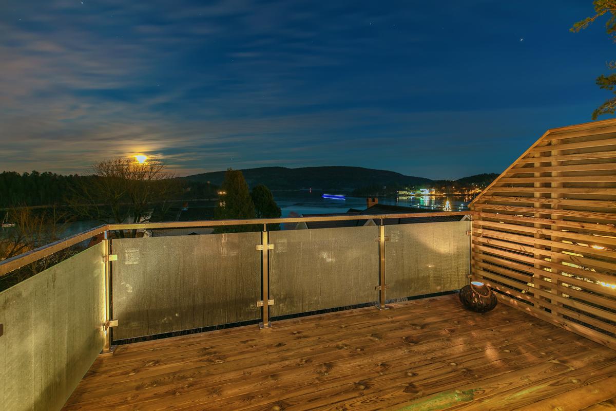 Utvendig balkong med glassrekkverk og flott utsikt over Oslofjorden.