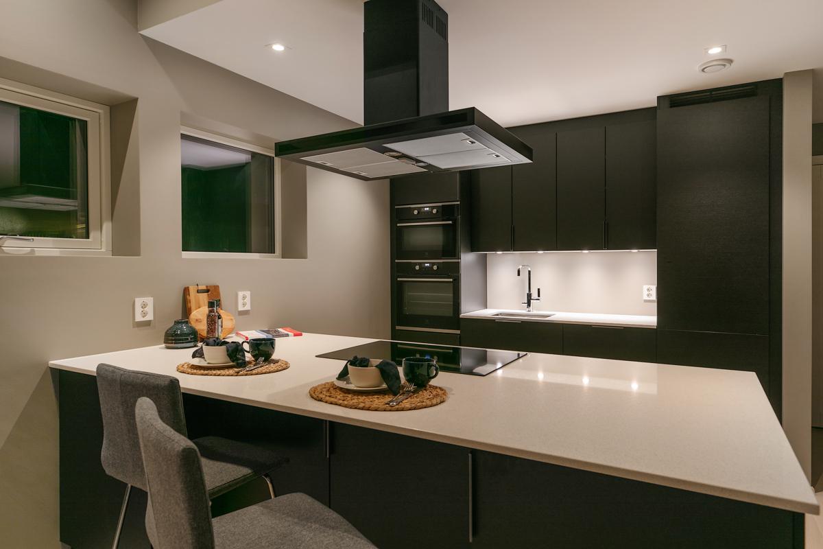 Kjøkkenøy med platetopp og takmontert vifte. God plass til morgen frokost.