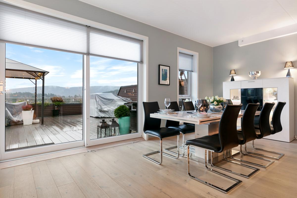 Stor stue med utgang til terrasse på hele 51 kvm. Det er takhøyde på ca. 2,70 i stue og på begge soverommene.