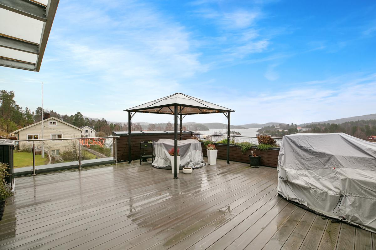 Terrasse er på 51 kvm og har god plass til både spiseplass og sofagruppe. Ytterst på terrassen har du kveldssol til ca. 21.30 midtsommer.