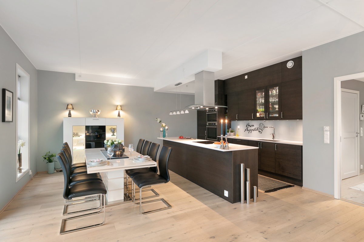 Det er plass til stor spisegruppe i kjøkkendelen. Nåværende eier har spisebord og 8 stoler stående til vanlig.