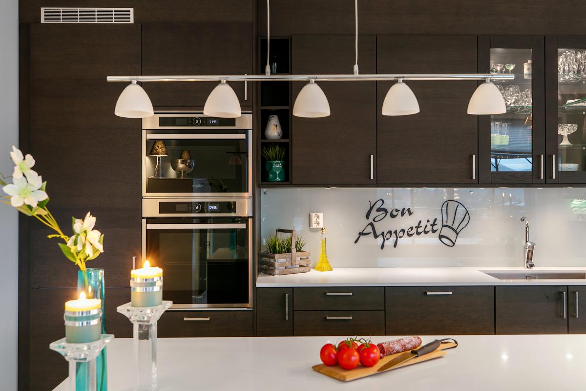 Lampe over kjøkkenøy medfølger