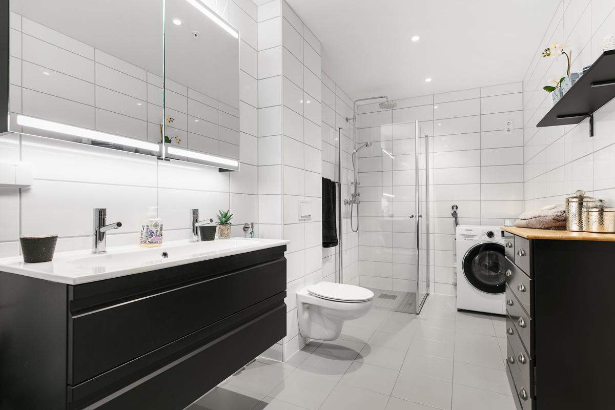 Bad med dobbel vask og vegghengt toalett. Det er opplegg til vaskemaskin på badet.