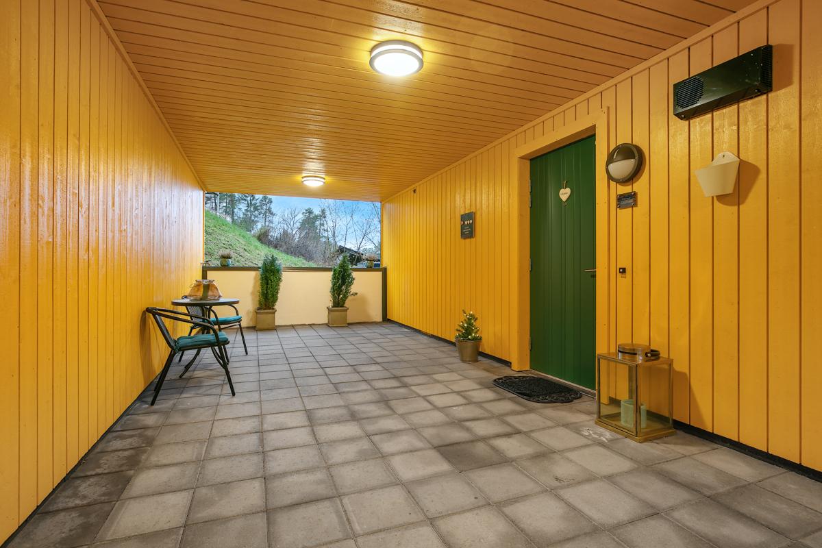 Inngangsparti utenfor leiligheten. Du går tørrskodd fra garasjeanlegget og til leiligheten. Heis rett ved leiligheten.