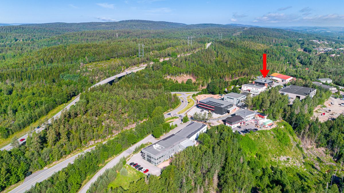 Åsveien sett fra syd, bygget merket i dronefoto