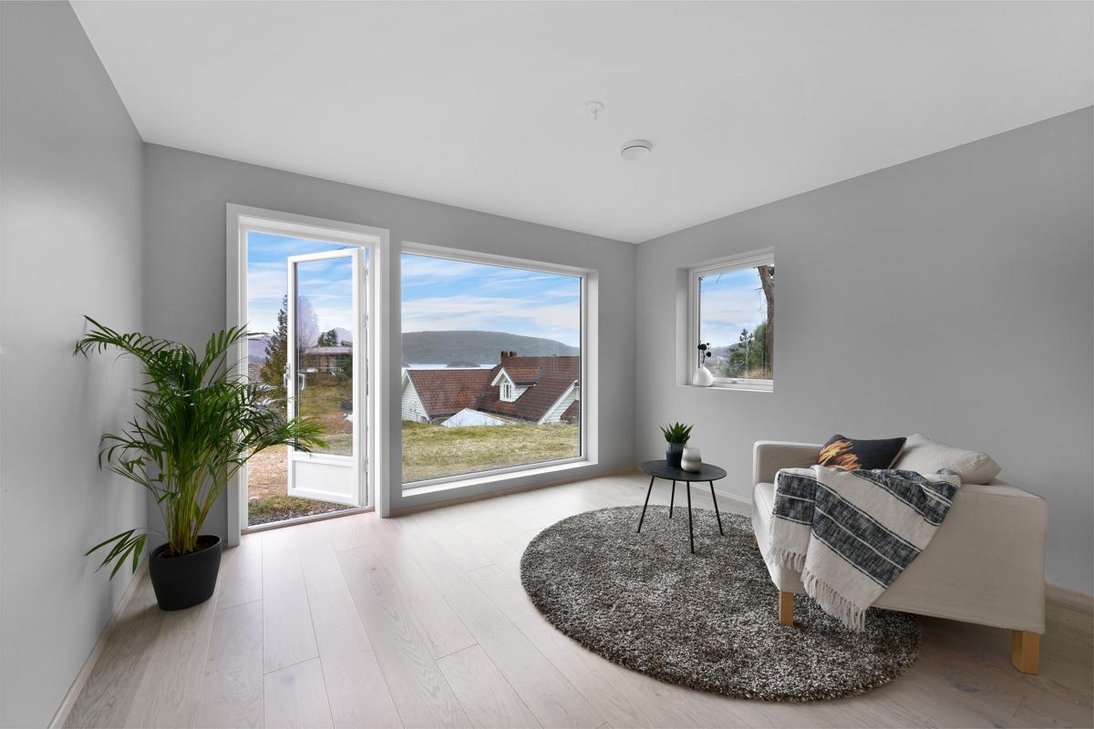 Soverom eller Tv stue med dør ut til terrasse/hage.