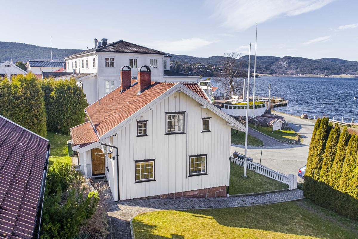 Eiendommen ligger flott til med utsikt over sentrum, havnen og fjorden