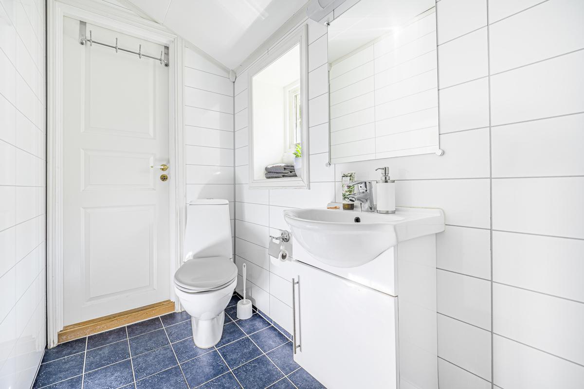 Bad i 1 etasje med wc, servantinnredning og dusj