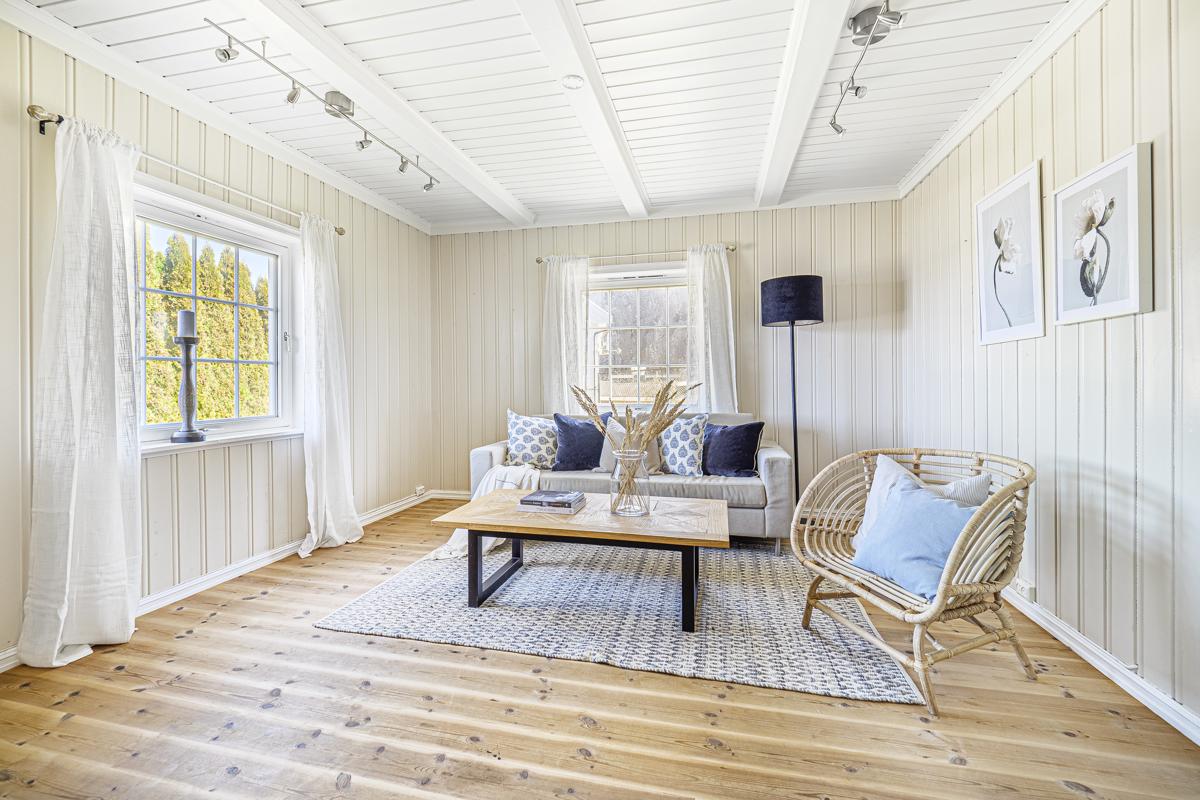 Lys og hyggelig stue med utsikt over havnen og fjorden