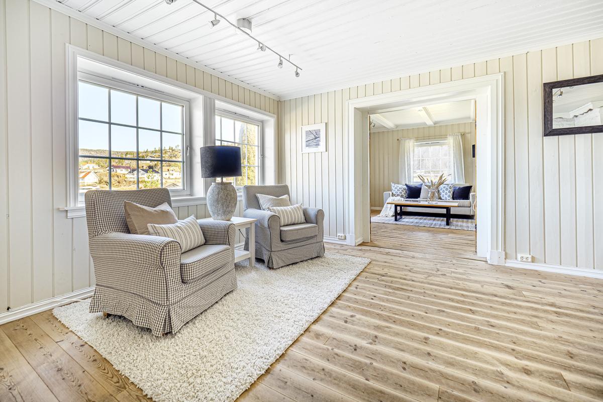 Stue med store vindusflater og flott utsikt