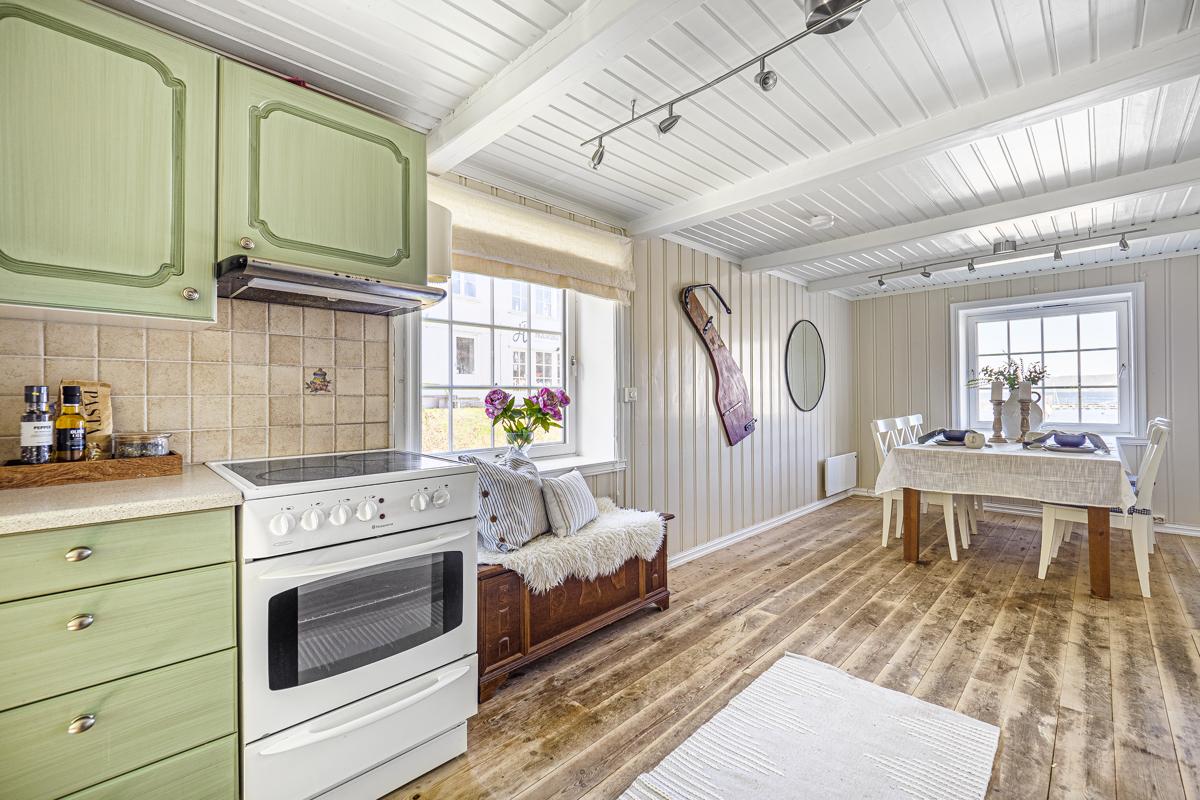 Kjøkken med plass for dtort spisebord for hyggelige middager med familie og venner