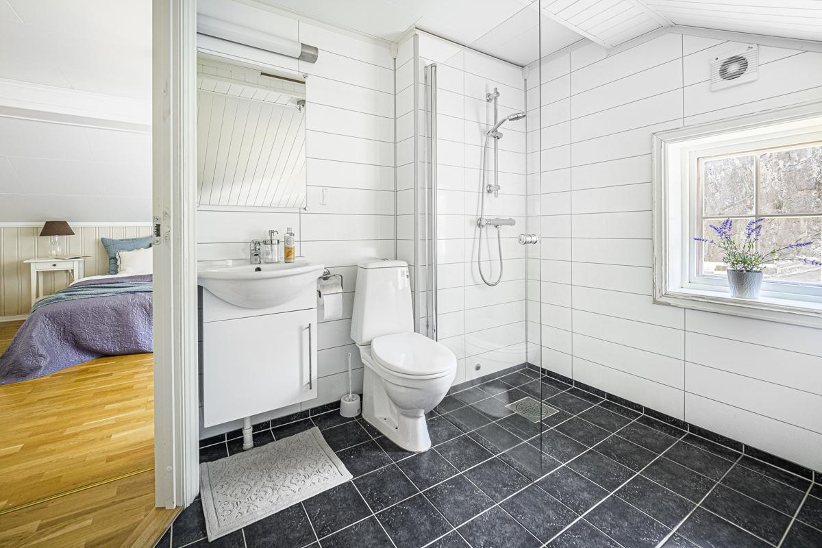 Bad med dusj, wc og servantinnredning