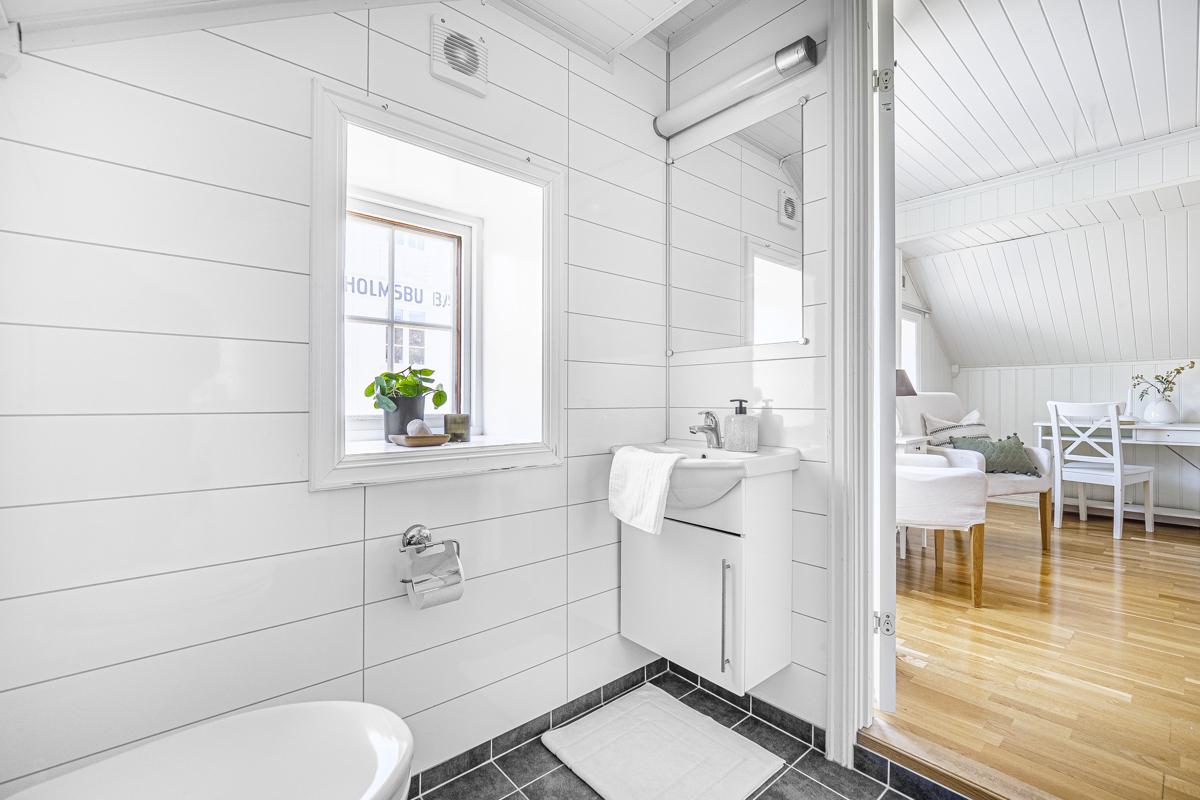 Bad med dusj, servantinnredning og wc