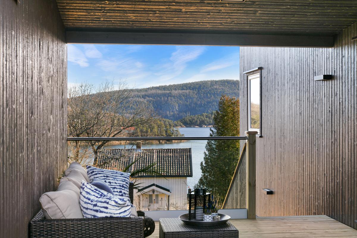 Dels overbygd terrasse med sjøutsikt.