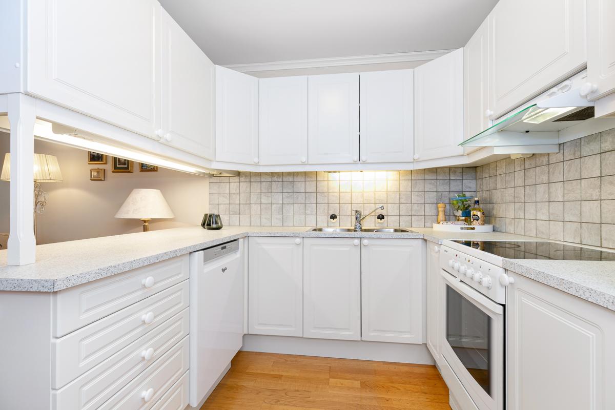 Kjøkken bra med benke og skapplass.