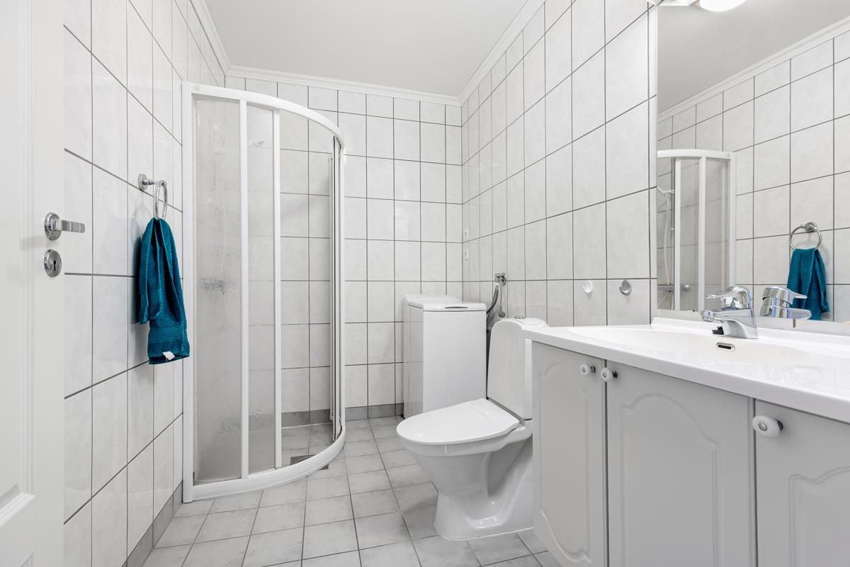 Flislagt bad/wc med dusjvegger.