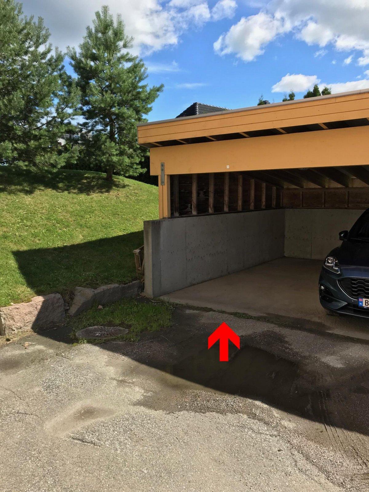 Parkering for 1 bil i carport rekke.