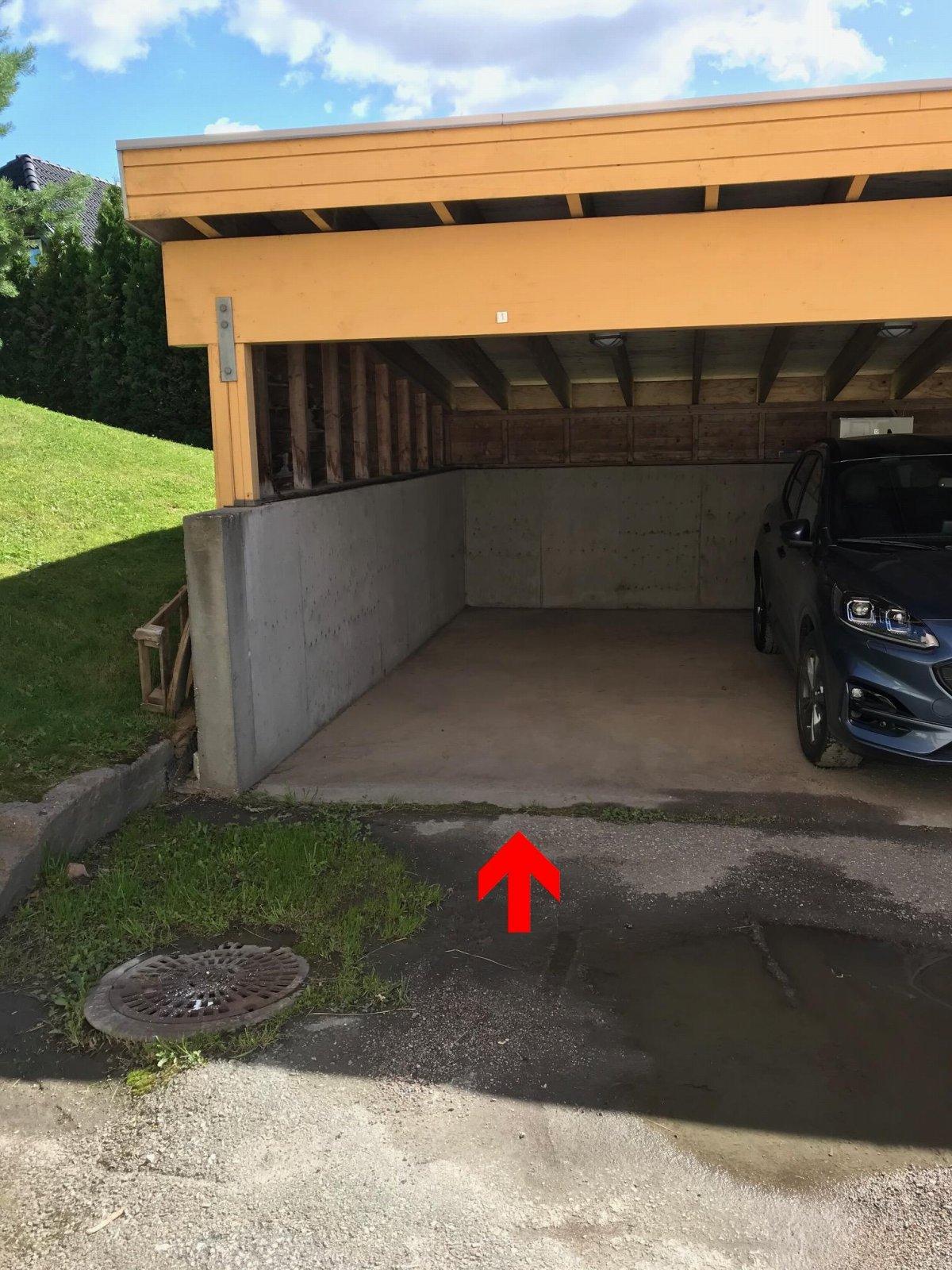 Tilhørende carport.