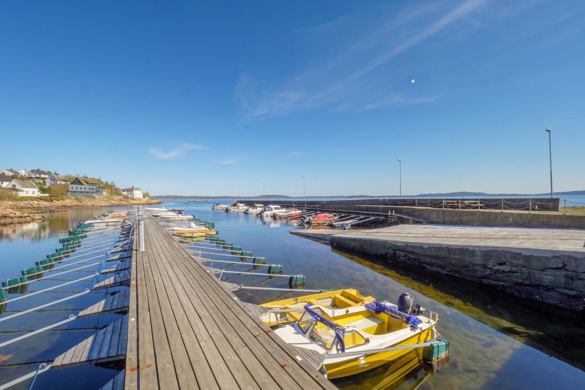 Kommunen har flere private og kommunale havner hvor det er mulighet å få seg båtplass etter venteliste.