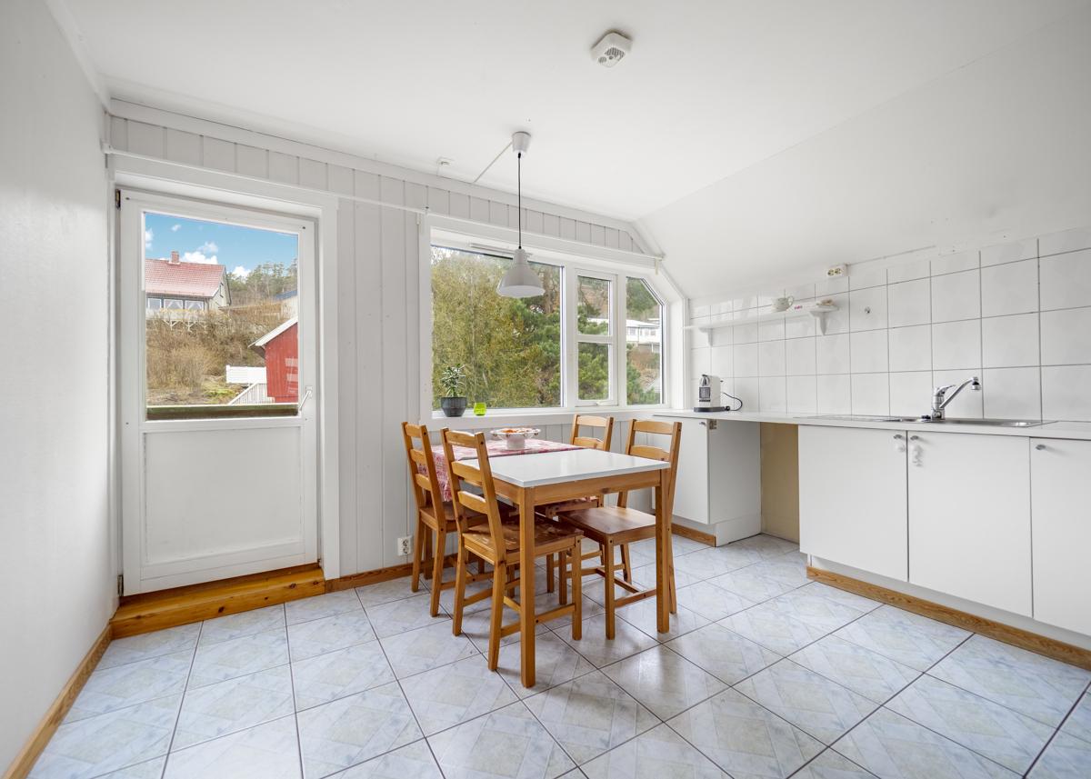 Kjøkken med fransk balkong og plass for spisebord