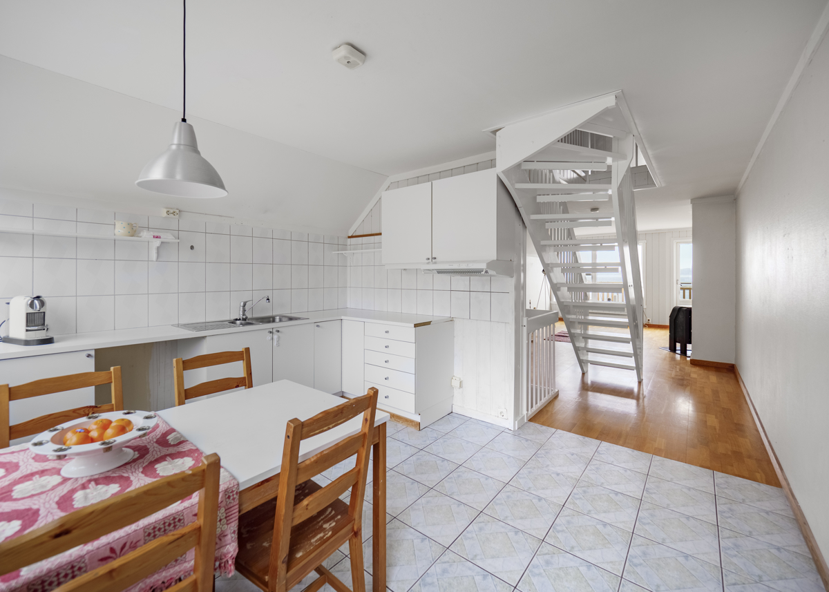 Kjøkken med innredning med hvite fronter og avsatt plass for hvitevarer