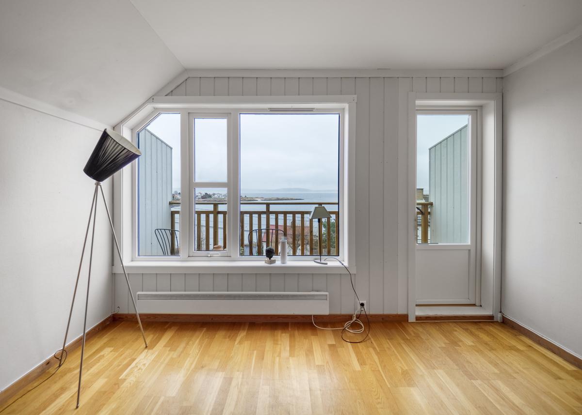 Stuen har store vindusflater som gir gode lysforhold