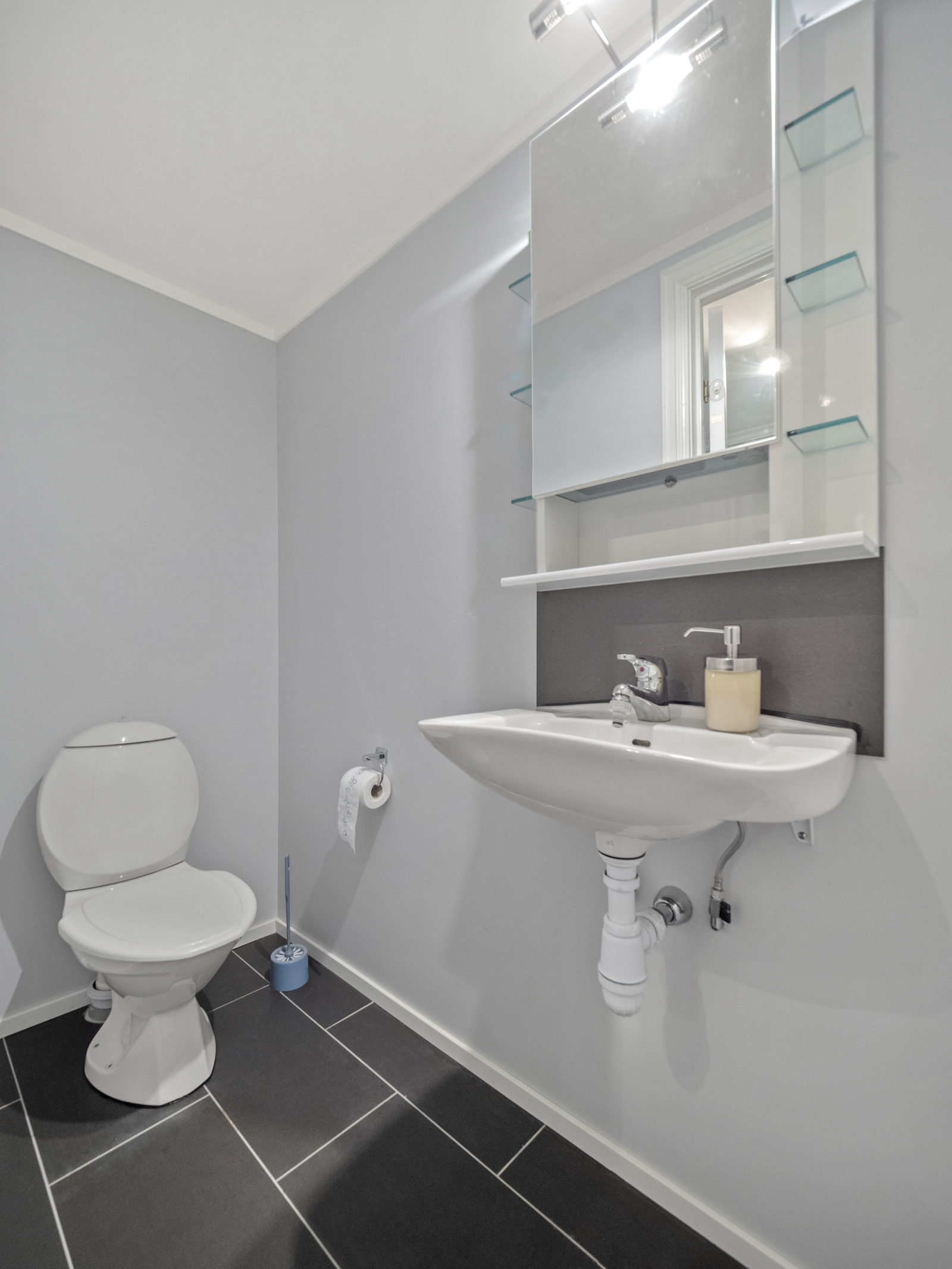 Toalettrom i u. etg. adkomst fra entre.