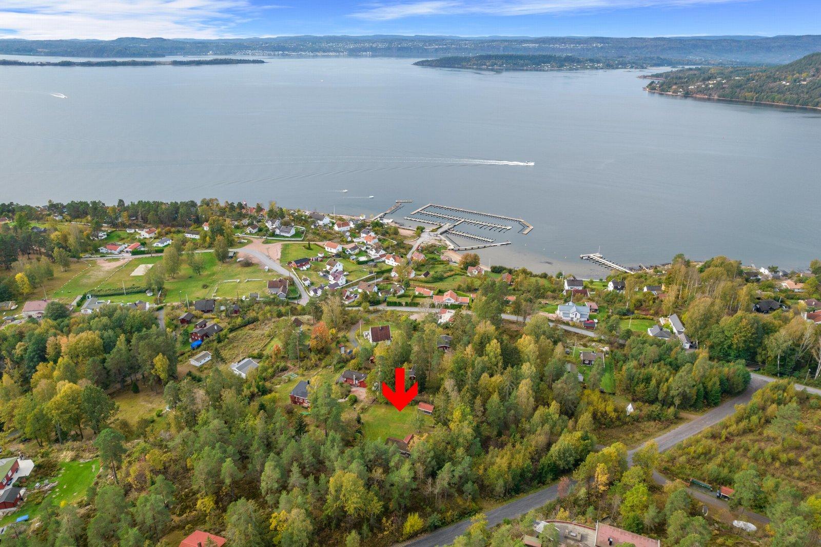 Eiendommen ligger i kort avstand fra fjorden med mange flotte badeplasser og turmuligheter