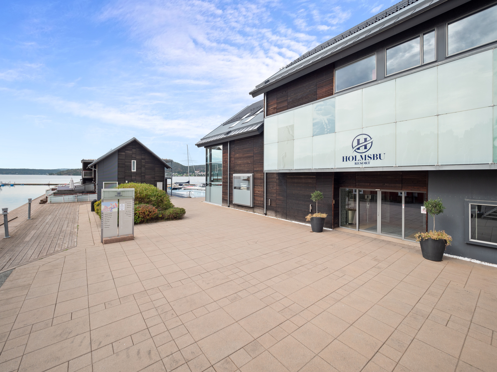En kort spasertur unna ligger Holmsbu Resort - Ingen hotelldrift lenger, men mulighet for å leie hytte, sjøbod eller leilighet